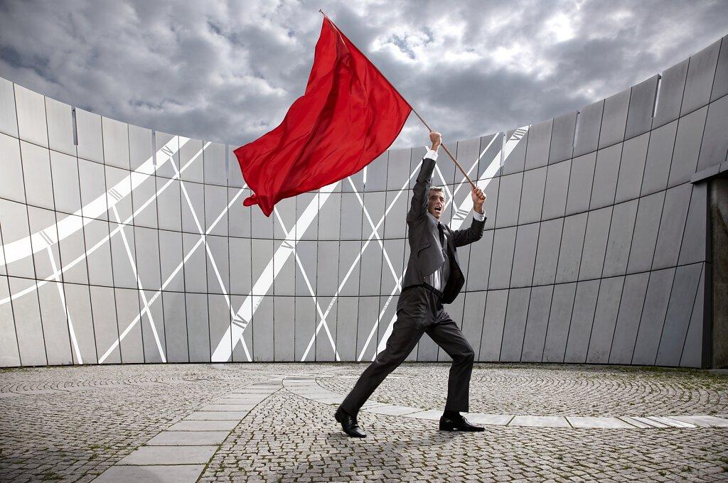 Mann mit Fahne