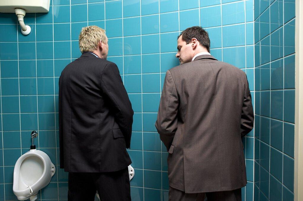 Männer im WC